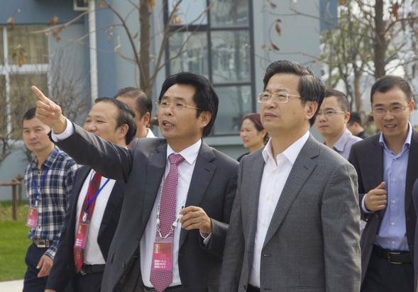 卢志文总校长向陈一新书记(中)介绍校园景观布局