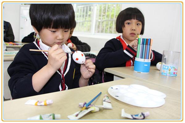 孩子们在老师的指导下精心绘制彩蛋