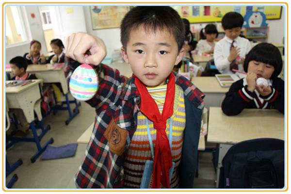 第三部分为彩蛋展示,同学们将自己精心绘制的彩蛋拿到讲台上展示,并