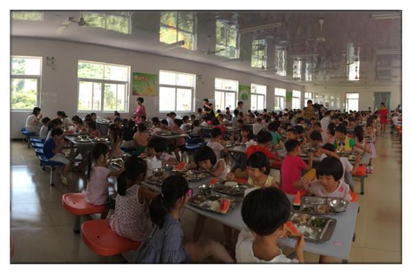 刚入学的一年级孩子就餐秩序良好-永嘉翔宇小学 召开食品安全知识培