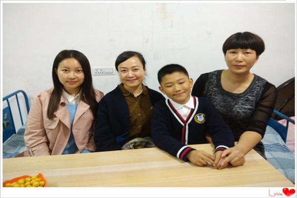 三(4)班周楠博小朋友和朱老师,赵老师在一起图片