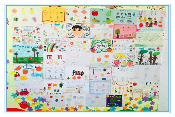 """为进一步激发学生学习英语的兴趣,提高学生英语书写水平,让学生充分感受英语的无穷魅力,永嘉翔宇小学于寒假期间组织开展""""单词创想英语小报""""创意设计制作比赛。 本次活动要求学生从教材中选取文具、动物、植物、数字等话题,任选单词作为设计内容。学生们通过上网、查阅书籍等方式搜集资料,并根据自己的兴趣爱好精心设计,或书写,或绘画,用智慧和巧手制作出了一张张精美的手抄小报。许多作品不仅色彩丰富、图文并茂,而且书写美观,想象大胆,充满了童真、童趣。 2月25日下午,英语组组织老师对孩子的作品认真评"""