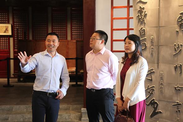 2016年5月12日下午,温州市苍南县龙港五小校长余立群一行8人、上海点击书实业有限公司CEO梁钢、美育文化传媒(上海)有限公司总经理李立志一同参观温州翔宇中学四大场馆与校园景观。翔宇教育集团总校长卢志文在教师发展中心沙龙区与来宾分享了《办一所理想学校》的讲座,突出翔宇绿色GDP(即学习性质量、发展性质量、生命性质量)的解读。翔宇教育集团办公室主任李玉佩陪同参观。