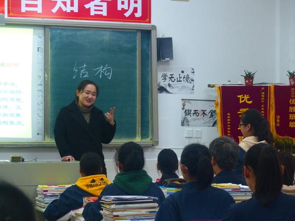 监利中学语文教师刘梦君在高二(2)班展示卡尔维诺的《牲畜林》,学生