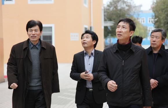 在许新海博士(左一)带领下探访海门实验学校