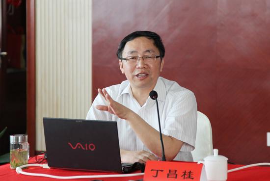 扬中外国语中学副校长黄勇,兴化市民办教育协会常务副会长赵念葆,分别