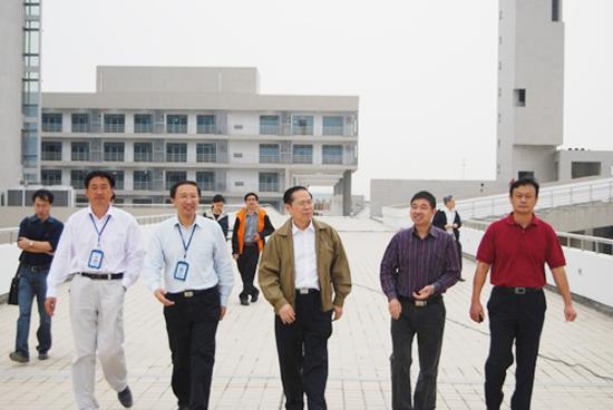 2010年9月28日,蘇州工業園區職業技術學院(IVT)新校園迎來尊貴客人——合作單位之一新加坡南洋理工學院(NYP)院長林靖東一行。學院領導韋恒、王應海及新校園建設工程指揮部副總指揮張虹、何殿才等陪同參觀。   林靖東院長一行4人饒有興趣地參觀了行政樓、實訓樓、NYP國際研習基地、學生公寓等設施。猶如歷史重演,十二年前,林院長也曾和今天一樣,站在還是建設工地的學院第一座校園;而今,看著眼前拔地而起充滿現代氣息的建筑樓群,林院長感慨頗多。他祝福學院以新校園落成為起點,展開新的歷