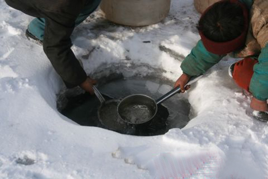 半边碗  一条乡村的小路上,有一眼清澈的山泉。村人上街或者串亲戚,路过山泉,便停下蹲在泉眼边喝水解渴。半边碗就是用来让过路人在泉眼里舀水喝的。 过去,泉边连半边碗也没有,人们就用手捧水喝,或用树叶折叠成碗状舀水喝。山泉边有些树木和花草,景色宜人,过路人如果时间不紧,还在泉边喝水和歇息,等到养足了精神,才往前赶路。